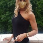 Judit Hanzely-Domokos Aki ismer tudja, arany flitteres maszkkal mar minden a legnagyobb rendben! Koszonom Barbara Windt💛 Socialdistanced life is better in a gold sequin mask!💛