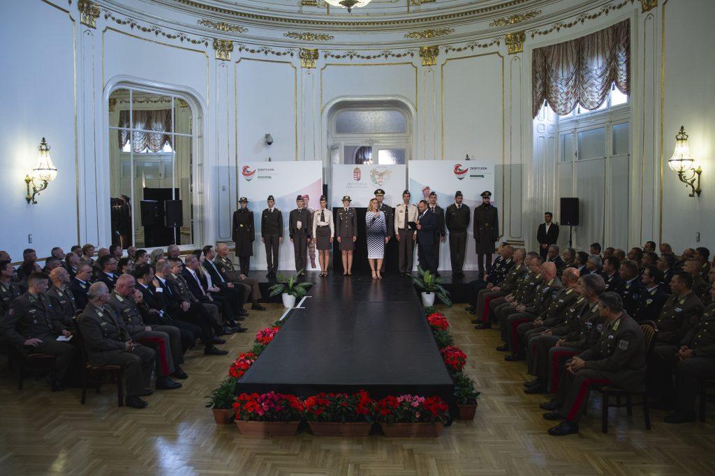 HUNGARIAN ARMED FORCES - NEW UNIFORM Léber Barbara tervei nyerték meg a MAGYAR HONVÉDSÉG Új Köznapi egyenruházatára kiírt pályazatot. 3 éves tervezői és kivitelezési munka után, sok tecnológiai ujítás felhasználásával, egy ruhabemutatón volt látható az új katonai öltözék rendszer.